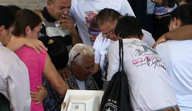 Familiares se despediram da criança durante o velório - Foto: Reprodução   TV Santa Cruz