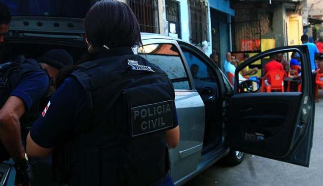 Policiais do DHPP revistam carro de Orlean [um Punto Grafite, JRM-9589] no Buraco da Gia - Foto: Mila Cordeiro | Ag. A TARDE