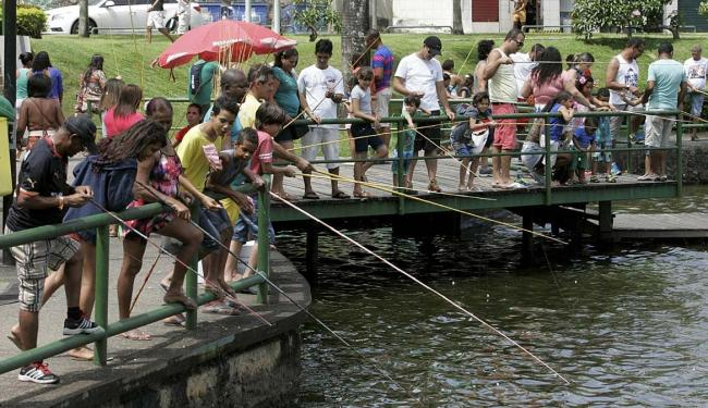 Adultos e crianças pescam como mais uma opção de lazer no Dique - Foto: Luciano da Matta | Ag. A TARDE | 22.08.2015