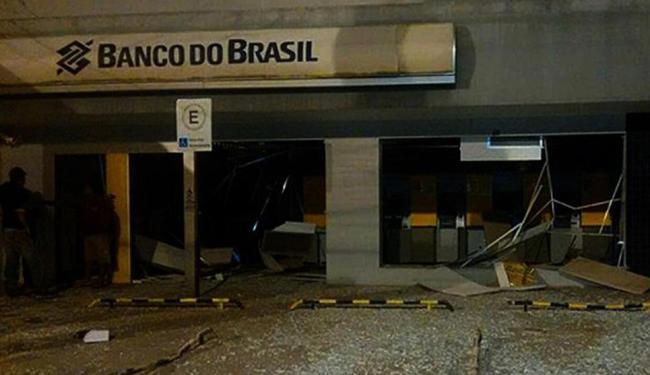 Agência foi invadida por volta das 2h, por homens encapuzados - Foto: Leandro Alves | Bahia na Mídia