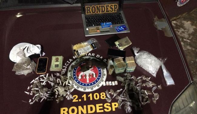 Com o grupo foi encontrado uma quantia de mais de R$ 23 mil, além de drogas e celulares - Foto: Divulgação   Ascom Polícia Militar