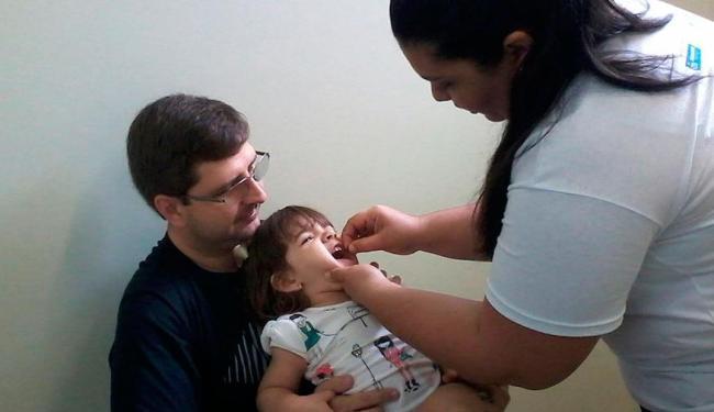 No colo do pai, Carlos Galassi, Beatriz, de 2 anos, tomou suas gotinhas no 5º Centro - Foto: Juliana Brito | Ag. A TARDE
