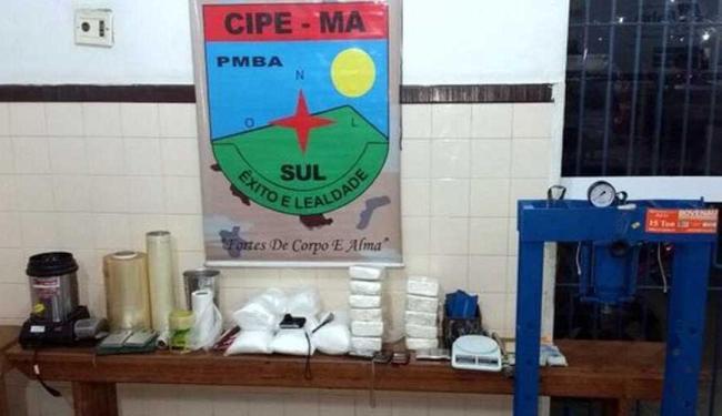 A policia apreendeu 20 kg de cocaína, além de balança de precisão, celulares e máquina de cartão - Foto: Divulgação | CIPE -Mata Atlântica