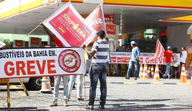 O movimento de greve continua apenas em um único posto que fica na avenida Tancredo Neves - Foto: Edilson Lima | Ag. A TARDE