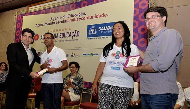 Prefeito ACM Neto (E) entrega certificado a agente, ao lado de colega e Bellintani - Foto: Betto Jr. l Agência Haack
