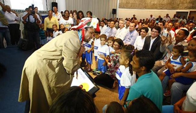 Momento de intervenção artística junto às crianças durante o lançamento do programa Vagas em Dobro - Foto: Edilson Lima l Ag. A TARDE