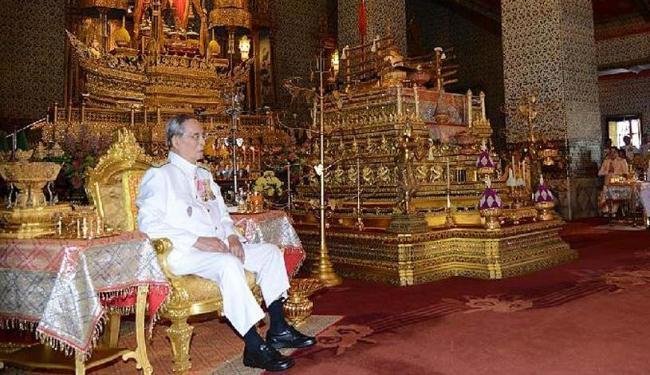 Qualquer pessoa que ofenda o rei Bhumibol Adulyade ou sua família pegará 15 anos de prisão por delit - Foto: Xinhua | POOL | Thai Royal Household Bureau
