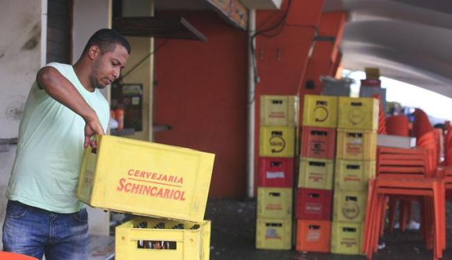 Funcionários esvaziam boxes do Mercado do Peixe, no Rio Vermelho, para obras de requalificação - Foto: Edilson Lima | Ag. A TARDE