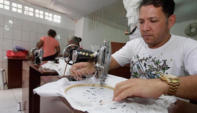 Robson França é um dos bordadeiros que integram o projeto - Foto: Joá Souza | Ag. A TARDE