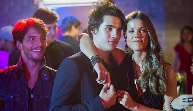 Roger (Brenno Leone), Rodrigo (Nicolas Prattes) e Alina (Pamela Tomé) numa festa de formatura - Foto: Caiuá Franco | TV Globo