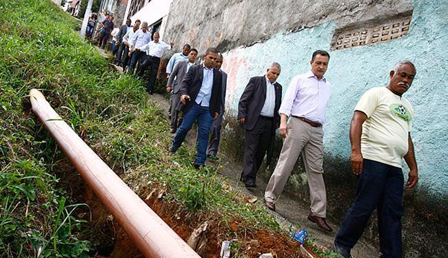Rui Costa visitou área do bairro que passará por obras, onde ouviu os moradores - Foto: Marco Aurélio Martins l Ag. A TARDE