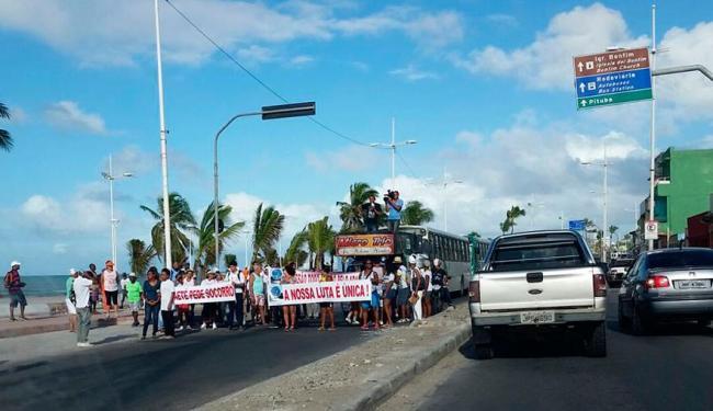Moradores seguram faixas durante caminhada; eles pedem melhorias para o Abaeté - Foto: Reprodução | Grupo Trânsito Salvador | Via Whatsapp