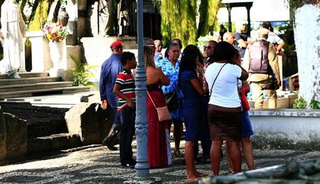 Familiares e colegas acompanharam o enterro do corpo do sargento - Foto: Mila Cordeiro | Ag. A TARDE