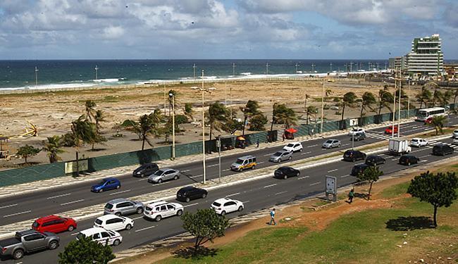 Grande área à beira-mar na Boca do Rio segue cercada por tapumes - Foto: Eduardo Martins l Ag. A TARDE