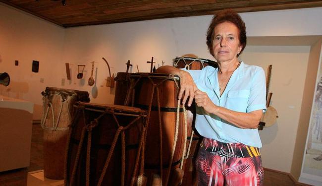 Na mostra, a pesquisadora explica como os instrumentos são tocados - Foto: Joá Souza | Ag. A TARDE