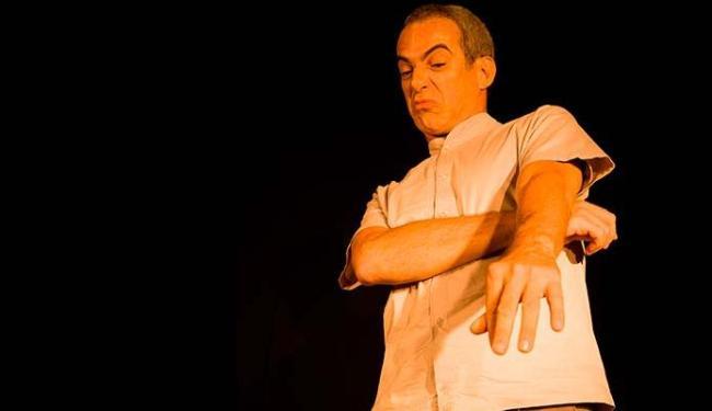 Claudio Barros em cena: o ator conta oito histórias e representa 23 personagens - Foto: JM Conduru   Divulgação