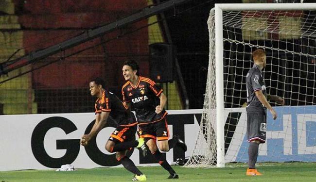 Jogadores do Sport comemoram gol enquanto Souza fica desolado - Foto: Estadão Conteúdo