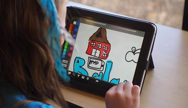 Estudante usa tablet em sala de aula: dispositivo pode substituir a letra cursiva na alfabetização - Foto: Divulgação