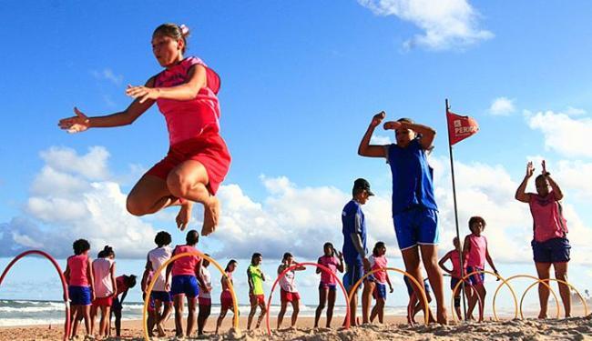 Atletas fazem treino funcional na praia. Bola e campo, só uma vez na semana - Foto: Mila Cordeiro l Ag. A TARDE