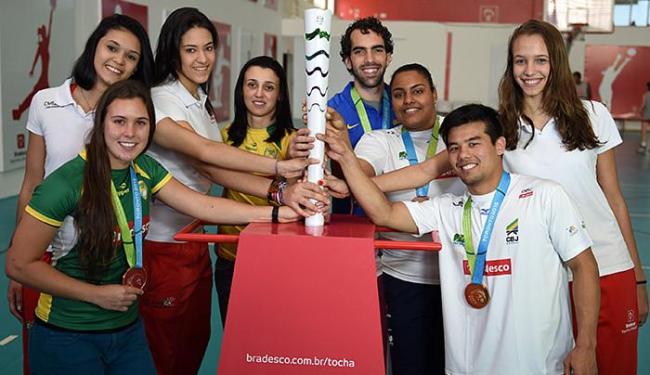 Atletas brasileiros posam com a tocha olímpica durante evento - Foto: Gaspar Nobrega l Inovafoto l Bradesco l Divulgação