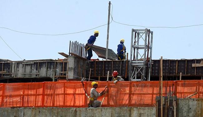 Setor da construção civil demitiu 673 mil trabalhadores em todo o país no 2º trimestre deste ano - Foto: Adilton Venegeroles l Ag. A TARDE l 04.05.2015