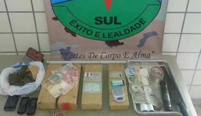 Além da droga, a polícia apreendeu dinheiro e celulares - Foto: Reprodução   Liberdade News