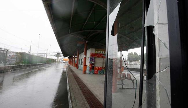 Revoltado com afalta de ônibus, passageiro quebrou vidro em terminal de transbordo - Foto: Luiz Tito | Ag. A TARDE