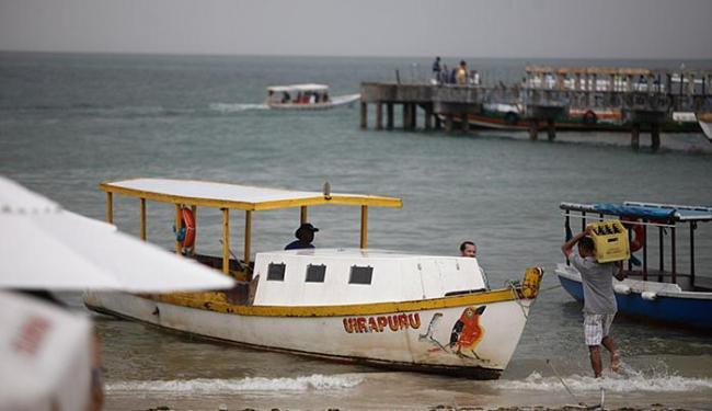 Operação é feita por barcos de diferentes tamanhos, no cais e na praia - Foto: Raul Spinassé l Ag. A TARDE