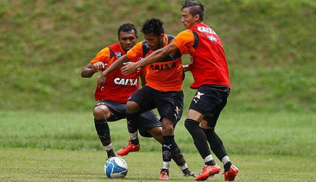 Rogério (C), marcado por dois no treino, pode virar titular - Foto: Eduardo Martins l Ag. A TARDE