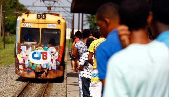Com dias contados, os trens do subúrbio levam 15 mil pessoas por dia - Foto: Marco Aurélio Martins | Ag. A TARDE