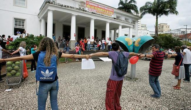 Em greve, alunos abraçam a reitoria num apelo pela sobrevivência da instituição - Foto: Luciano da Matta l Ag. A TARDE l 06.08.2015