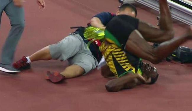 Bolt foi atropelado enquanto caminhava pela pista do Ninho do Pássaro, comemorando seu título - Foto: Reprodução