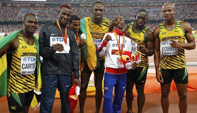 Bolt posa ao lado dos companheiros do revezamento - Foto: Damir Sagolj | Reuters | 29.08.2015