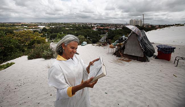 Valdelice, de Camaçari, é uma das pessoas que consideram a duna sagrada - Foto: Raul Spinassé | Ag. A TARDE