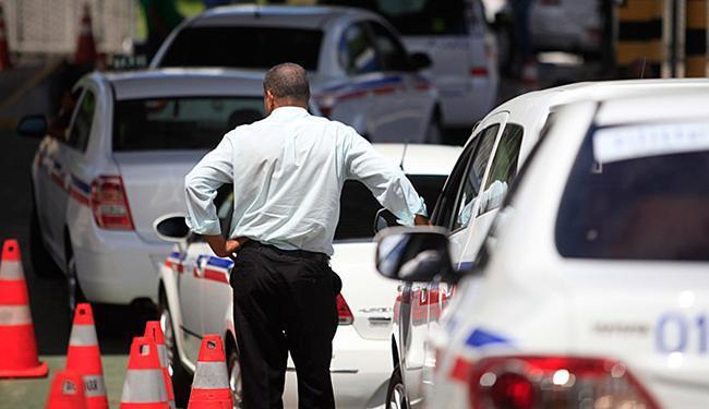 Ttaxistas de Salvador, cujas entidades representativas são contra o Uber, levam carros para vistoria - Foto: Raul Spinassé l Ag. A TARDE