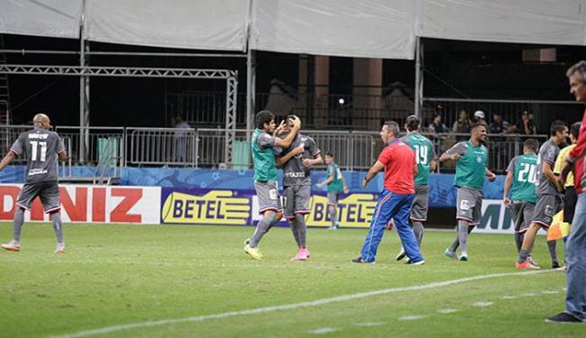 Vitor (C) comemora com Zé Roberto após marcar gol de empate - Foto: Fernando Amorim | Ag. A TARDE