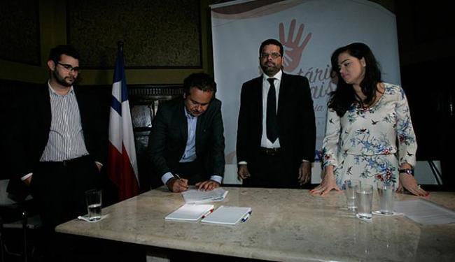Representantes de instituições e órgãos públicos assinaram termo de compromisso - Foto: Margarida Neide l Ag. A TARDE