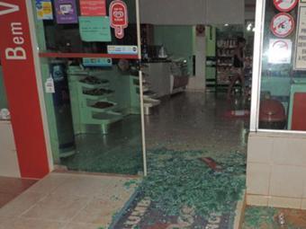 Um dos tiros atingiu a porta de vidro do estabelecimento - Foto: Reprodução   Blog do Braga