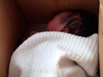Bebê foi achada dentro de caixa de papelão - Foto: Reprodução   Whatsapp