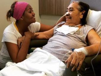 A cantora Gaby Amarantos ao lado da mãe Elza, que foi diagnosticada com câncer - Foto: Reprodução | Facebook