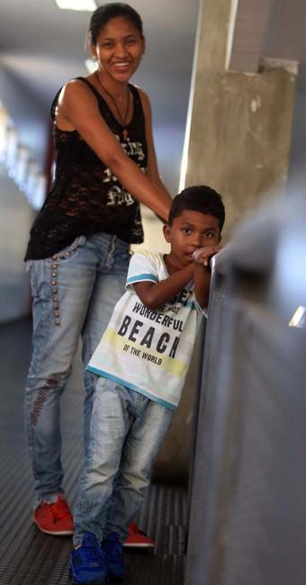 Luan, 5, passará por uma segunda cirurgia na perna - Foto: Joá Souza | Ag. A TARDE