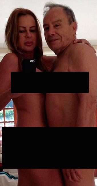 Stenio e Marilene aparecem posando nus em frente a um espelho - Foto: Reprodução