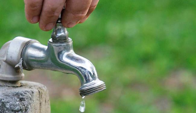 De acordo com a Embasa, serviço de água deve ser normalizado completamente em 24 horas - Foto: Joá Souza   Ag. A TARDE