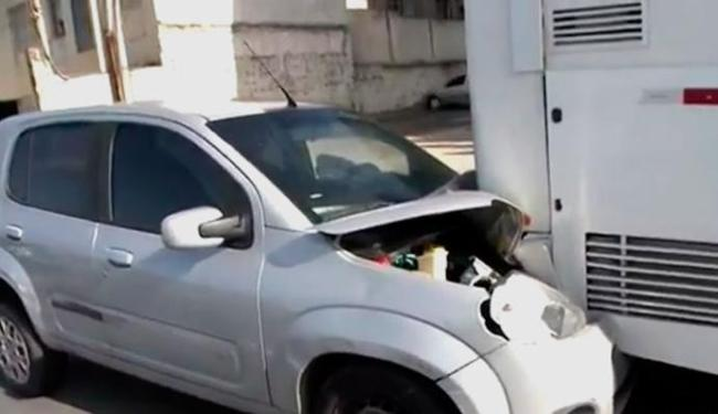 Condutor do carro de passeio ficou ferido - Foto: Reprodução   TV Bahia