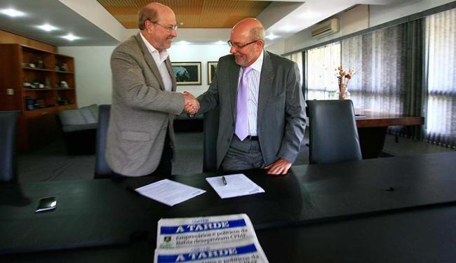 O diretor do A TARDE, André Blumberg, e o presidente do CDL Salvador, Frutos Dias, durante assinatur - Foto: Xando Pereira   Ag. A TARDE