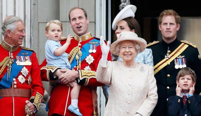 Rainha Elizabeth ao lado da família durante homenagens pelo seu aniversário de 89 anos - Foto: Stefan Wermuth | Agência Reuters