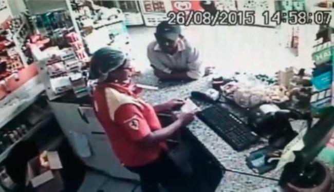 Ladrão avisa no bilhete que está armado e que tem comparsas dando cobertura - Foto: Reprodução | YouTube