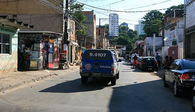 Policiais fizeram rondas na rua onde aconteceu o ataque, na manhã de domingo - Foto: Edilson Lima | Ag. A TARDE