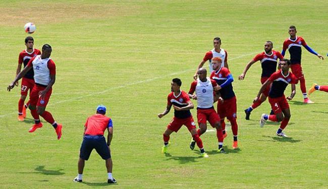 Sérgio Soares observa treino de bola aérea da defesa - Foto: Luciano da Matta l Ag. A TARDE