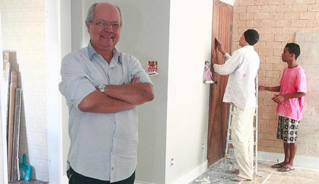 Barros reforma o apartamento que mora há 30 anos pela primeira vez - Foto: Edilson Lima l Ag. A TARDE